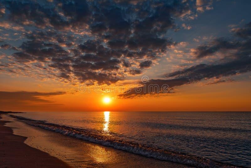 Sommarsolnedgång på stranden arkivfoto
