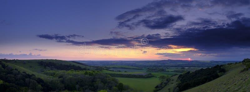 Sommarsolnedgången över den Meon dalen in mot Beacon Hill och den gamla Winchester kullen, söder besegrar nationalparken royaltyfria bilder