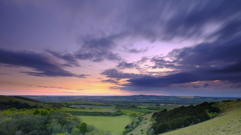 Sommarsolnedgången över den Meon dalen in mot Beacon Hill och den gamla Winchester kullen, söder besegrar nationalparken royaltyfri foto