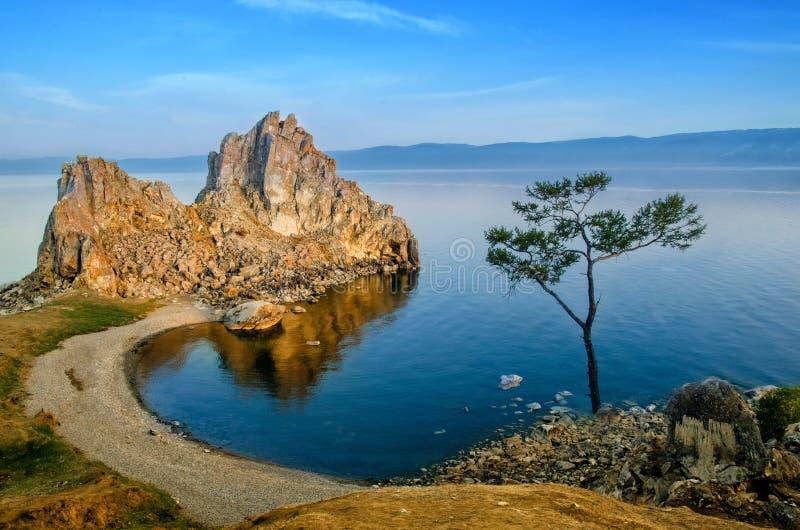 Sommarsolnedgången över vaggar av Shamanka Burhan på den Olkhon ön i Lake Baikal, Ryssland arkivbild