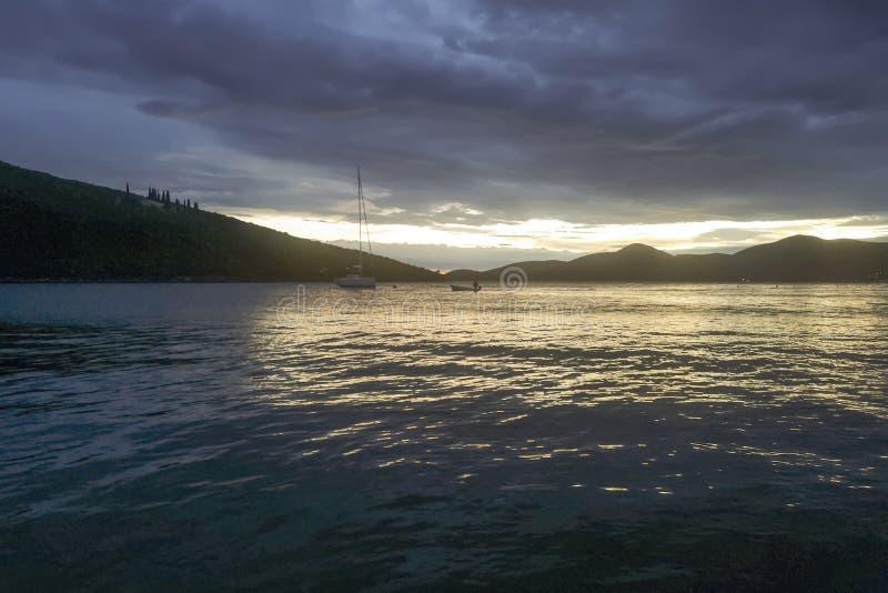 Sommarsolnedgångsegelbåtar och yachter i marina arkivbild