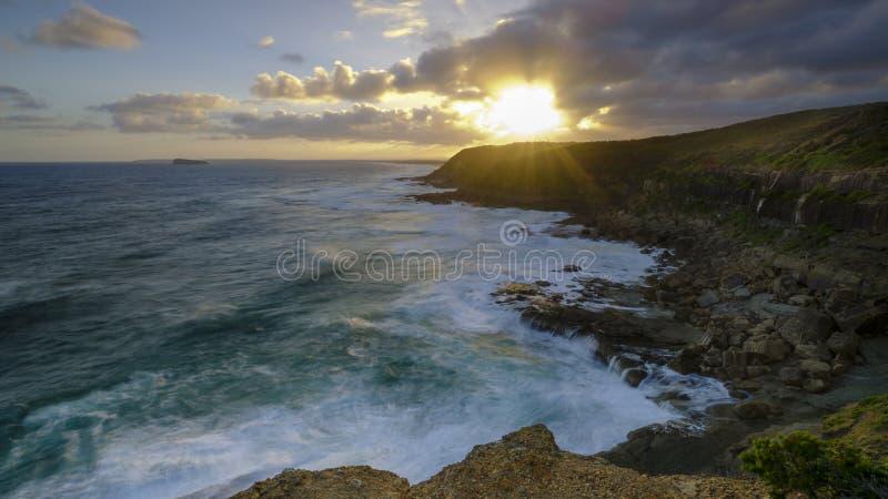 Sommarsolnedg?ng fr?n det Wybung huvudet i den Munmorrah tillst?ndsnaturv?rdsomr?det, central kust, NSW, Australien royaltyfri fotografi