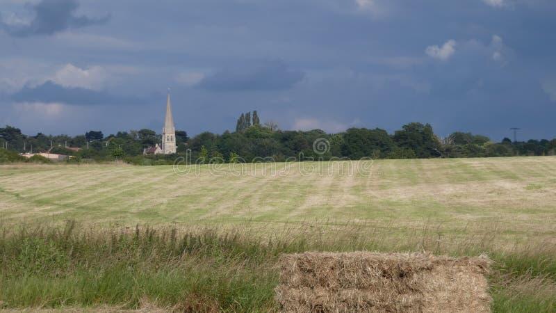 Sommarsolstånd, kyrka i de långa dagarna för skog och soligt varmt väder i England 3 royaltyfri fotografi