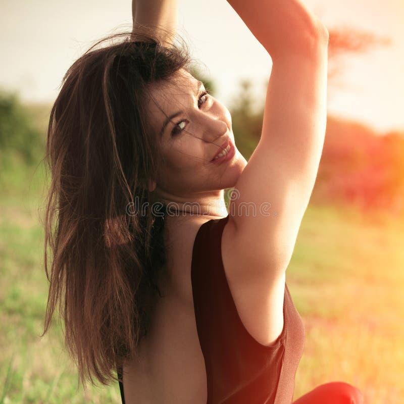 Sommarstående av att le utomhus- skjuten sommardag för ung kvinna på gräsfältet royaltyfria foton
