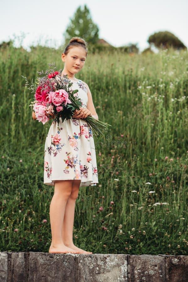 Sommarstående av den gulliga lilla flickan arkivbild