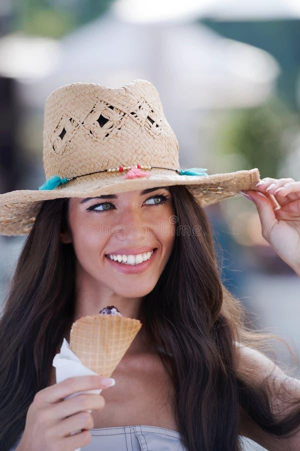 Sommarstående av den härliga kvinnan med glass utomhus royaltyfria foton