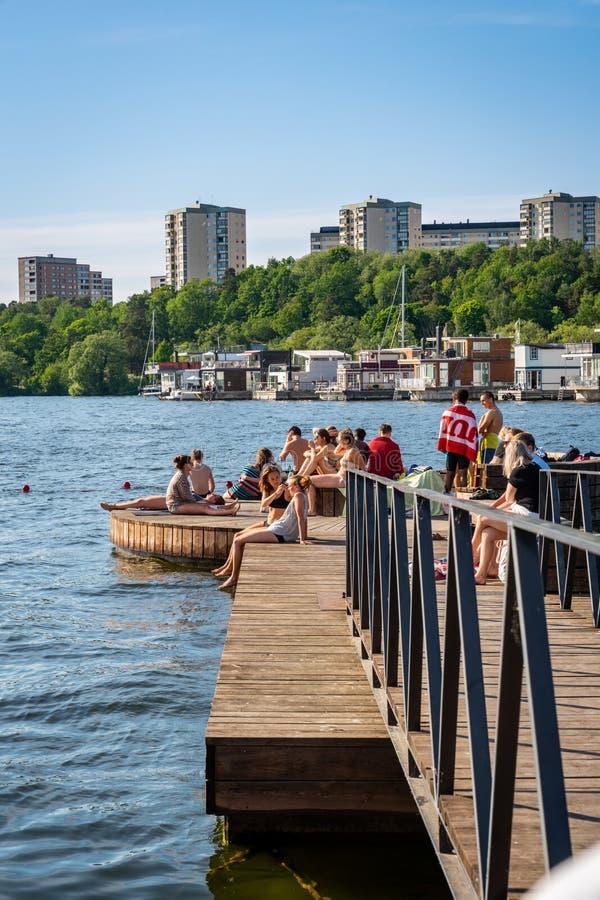 Download Sommarstad, Folk Som Badar Och Kopplar Av På En Strandpromenad Redaktionell Bild - Bild av manlig, natur: 118151786