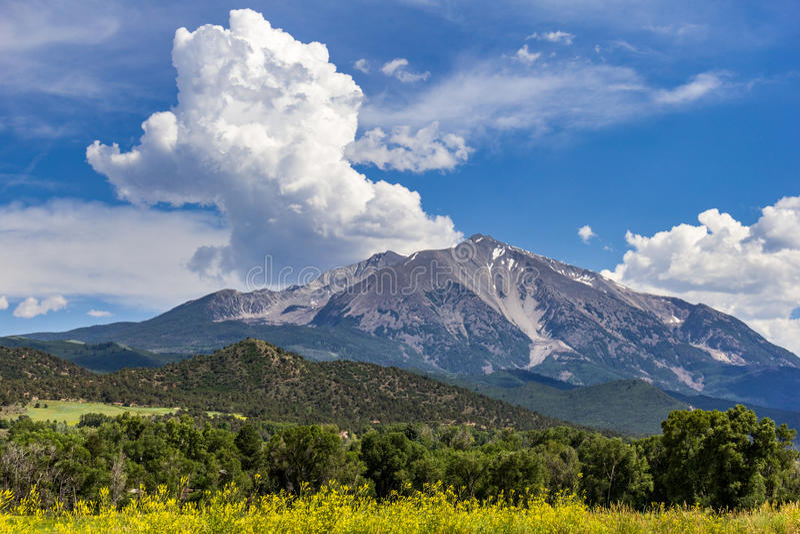 Sommarstorm i Rocky Mountains royaltyfria bilder