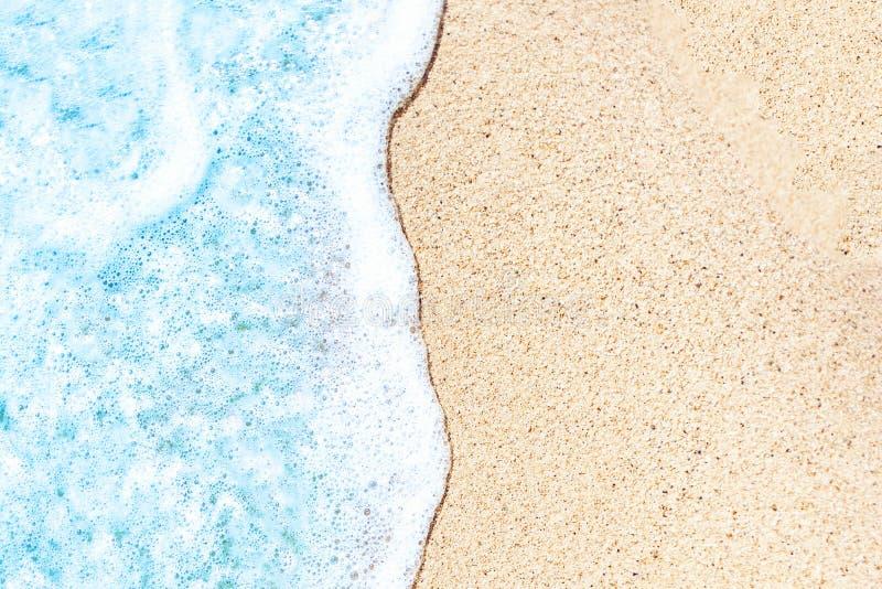 Sommarstrand och mjuk vågbakgrund sand havet Tropiskt s arkivfoton