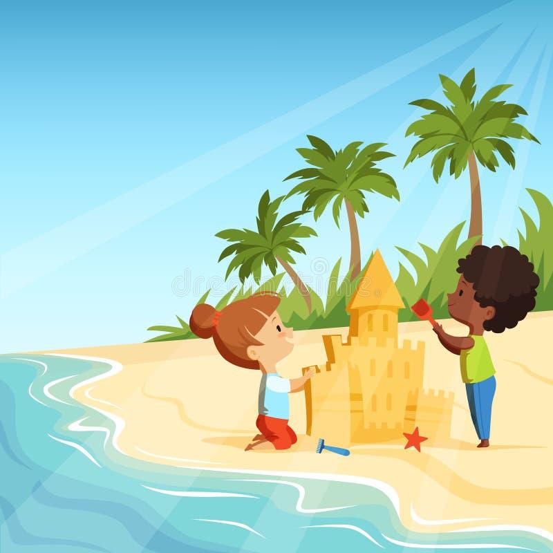 Sommarstrand och roliga lyckliga ungar som spelar med sandslottar stock illustrationer