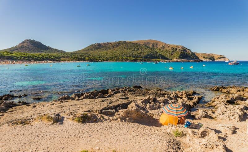 Sommarstrandferie på härligt sjösidalandskap i Cala Ratjada, Majorca ö royaltyfria bilder