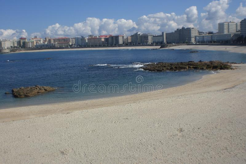 Sommarstrandlandskap som lokaliseras i Coruña Galicia arkivbilder