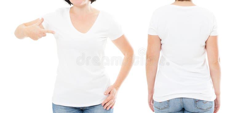 Sommart-skjorta uppsättning som isoleras på vitt, kvinna som pekas på t-skjortan, flickapunkt på tshirten, kantjusterad bild arkivfoton