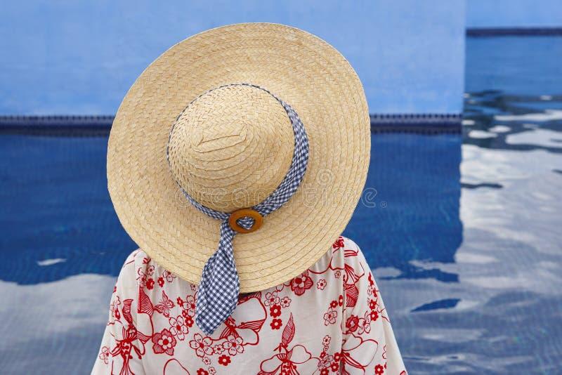 Sommartid Kvinna som kopplar av på simbassängen kyla ut arkivbild