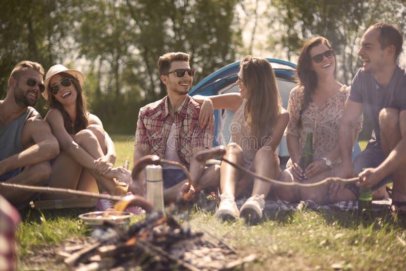 Sommartid med vänner arkivbild