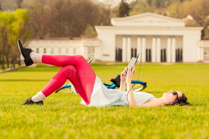 Sommartid- och fritidbegrepp med den unga kvinnan som lyssnar till musen fotografering för bildbyråer