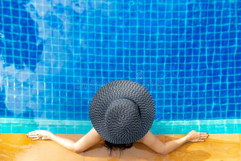 Sommartid och semestrar Kvinnalivsstil som är avslappnande och som är lycklig i lyxig simbassängsunbath, sommardag på strandsemes royaltyfria bilder
