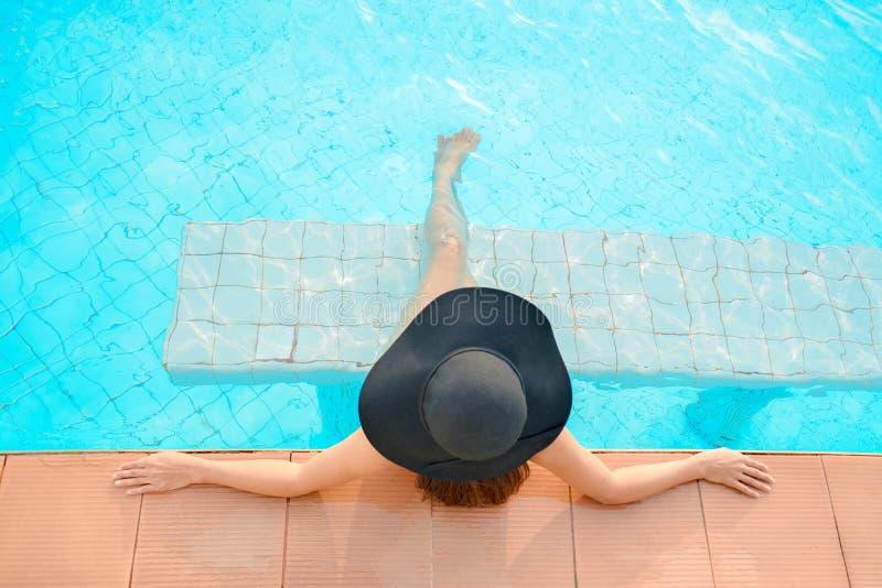 Sommartid och semestrar Kvinnalivsstil som är avslappnande och som är lycklig nära lyxig simbassängsunbath, sommardag på strandse arkivfoton