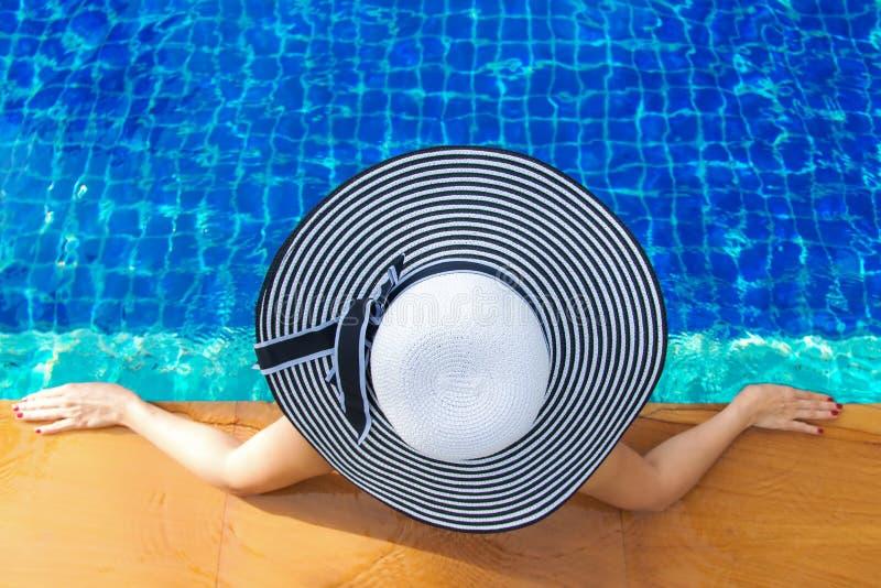 Sommartid och semestrar Kvinnalivsstil som är avslappnande och som är lycklig nära lyxig simbassängsunbath, sommardag på strandse fotografering för bildbyråer