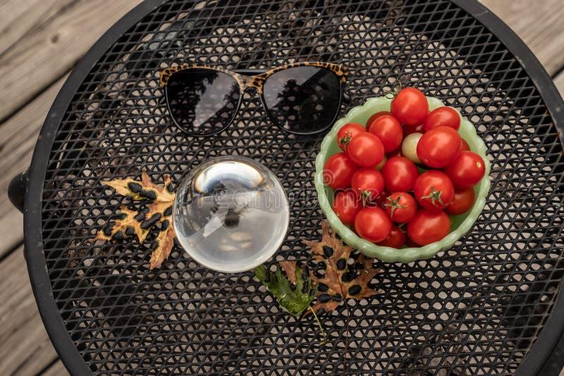 Sommartid vänder till nedgången med trädgårds- tomater och lönnlövfol arkivbild