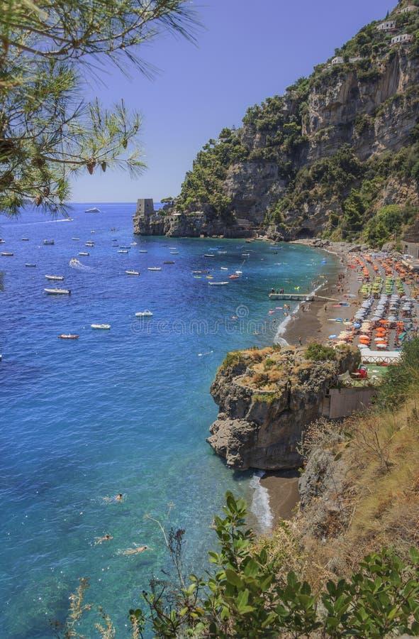 Sommartidsescape: Amalfi kust Costiera Amalfitana De bästa stränderna i Italien: Positano sjösidaCampania Fornillo stranduppsättn arkivfoton