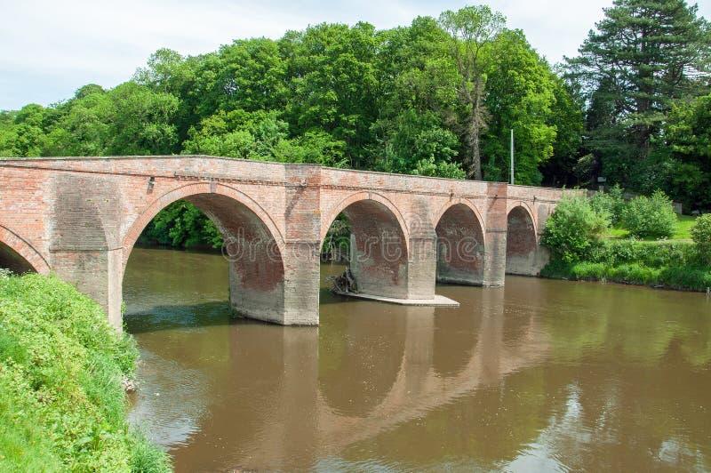 Sommartidvägbro och landskap i den Herefordshire bygden royaltyfria foton