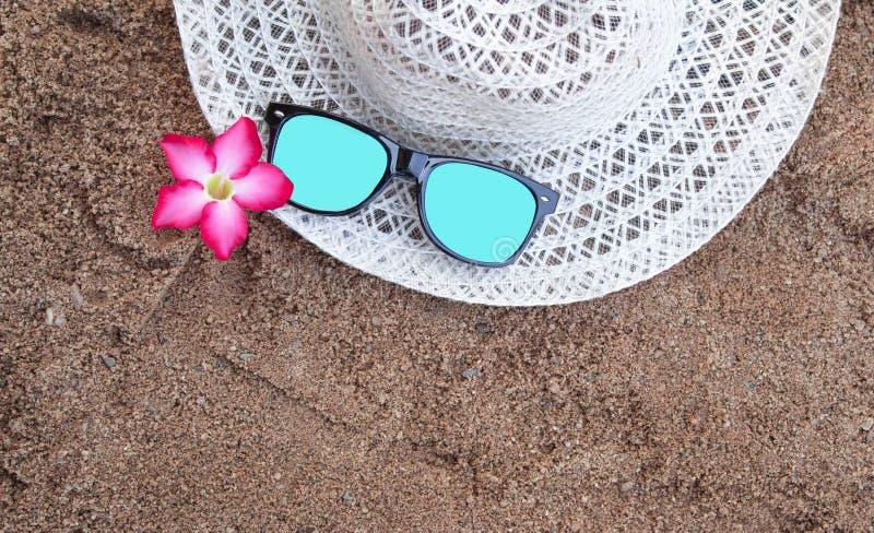 Sommartillbehör med utrymme för dina texter Begrepp av lycka på sommar arkivbilder