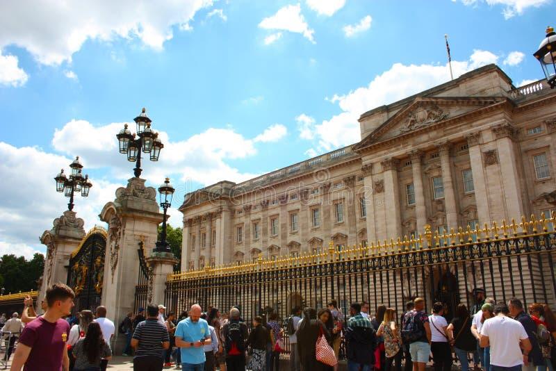 Sommarturism utanför hemmet av drottningarna av England arkivfoto