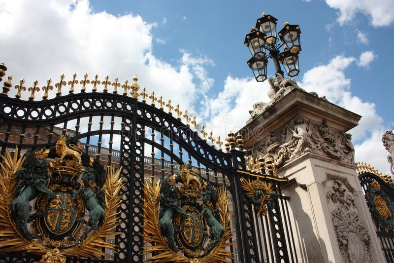 Sommarturism utanför hemmet av drottningarna av England arkivfoton