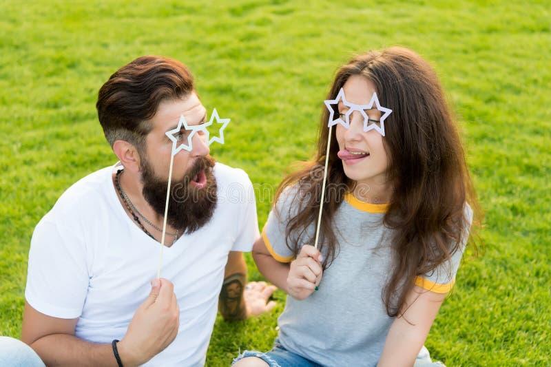Sommarunderh?llning emotionellt folk Pardatumm?rkning Bekymmerslösa par som har rolig grön gräsmatta Koppla ihop förälskat gladly royaltyfri foto
