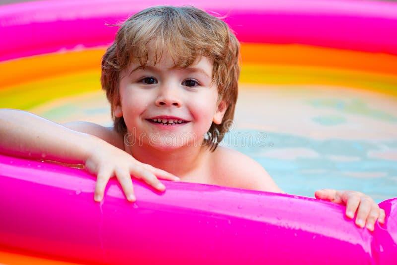 Sommarunge lycklig framsida Sommarpöl för barn Den lyckliga pojken kopplar av Ferier i vatten royaltyfria foton