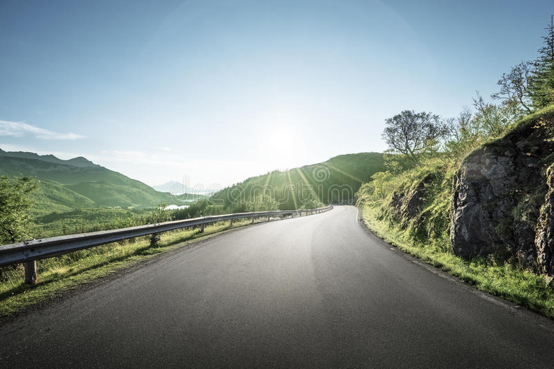 Sommarväg i berget, Lofoten öar royaltyfria foton