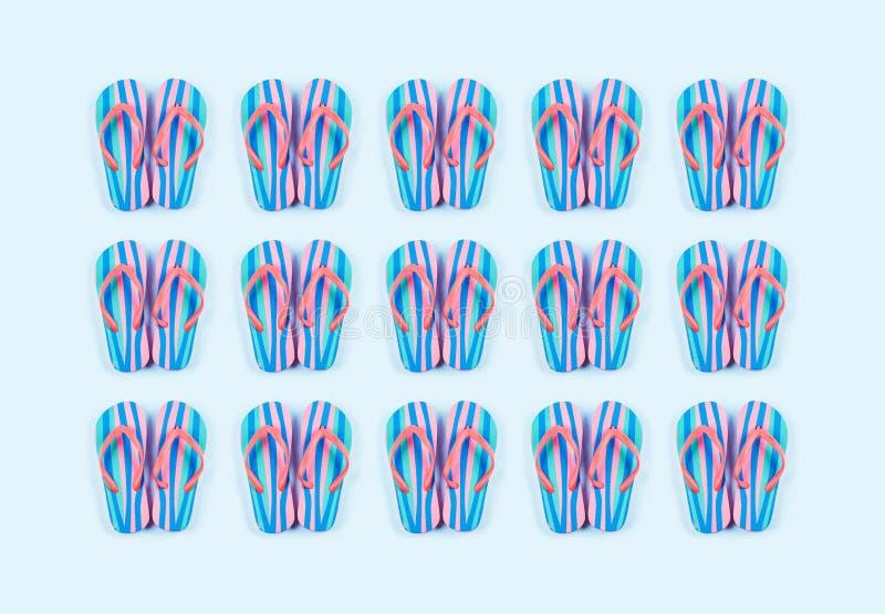 Sommarvända flödesmönster i blå bakgrund arkivfoto