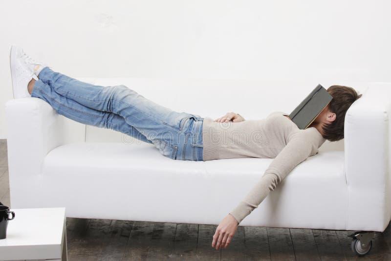 Somme d'après-midi avec le livre sur le visage photographie stock