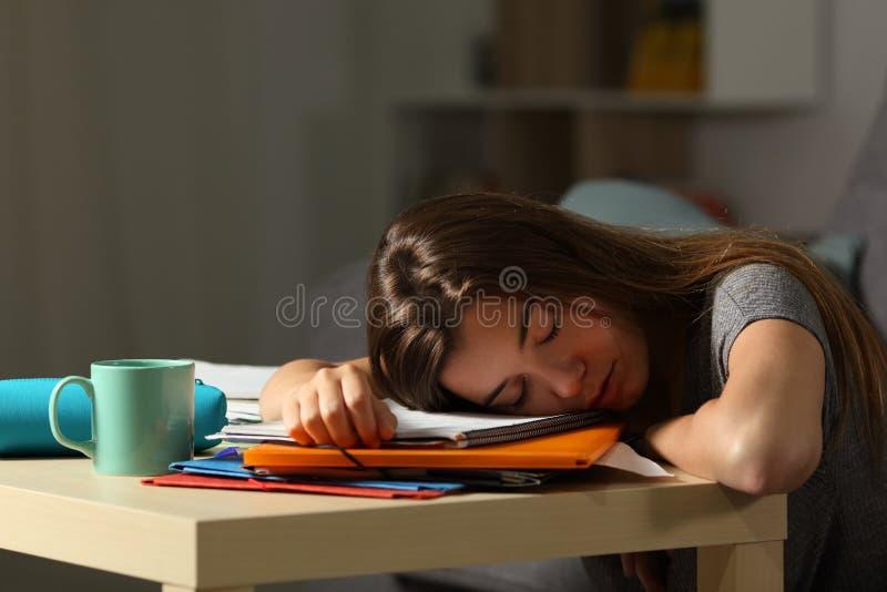 Sommeil épuisé d'étudiant de fin de nuit à la maison photographie stock libre de droits