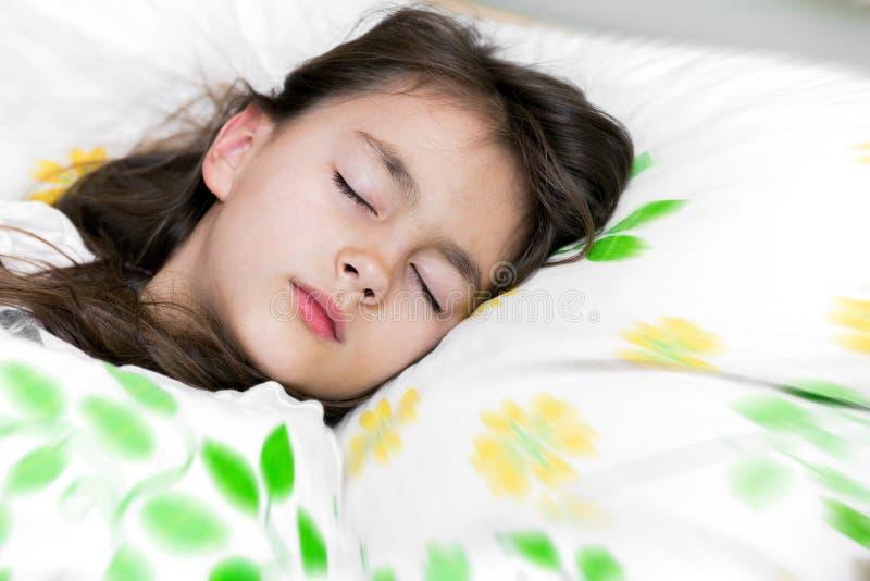 Sommeil adorable de petite fille dans le lit photo stock