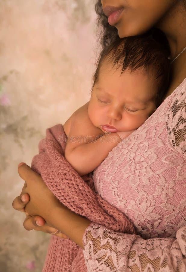 Sommeil africain innocent de bébé photo stock