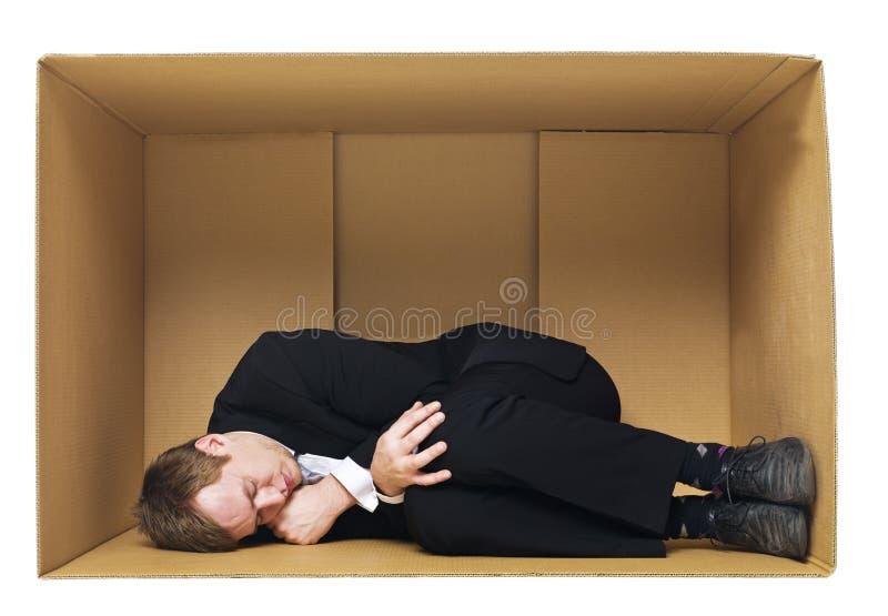 Sommeil dans une boîte en carton photographie stock libre de droits