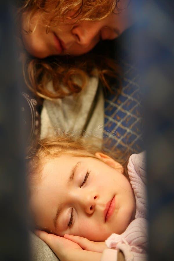 Sommeil de mère et d'enfant images libres de droits