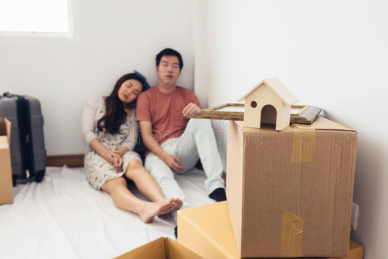 Sommeil fatigué de couples dans la nouvelle maison photos libres de droits