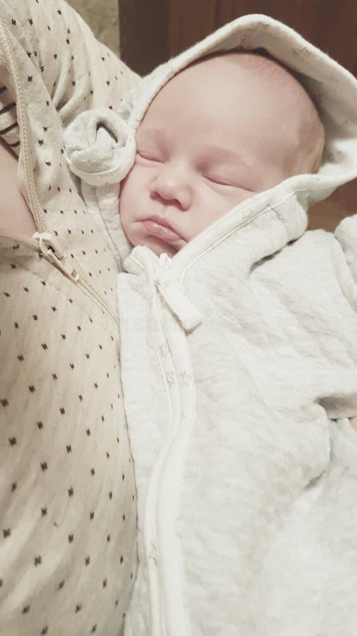 Sommeil mignon infantile de bébé photos libres de droits