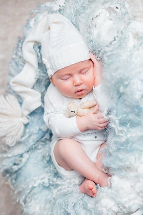 Sommeil nouveau-né mignon avec le jouet d'ours photographie stock libre de droits