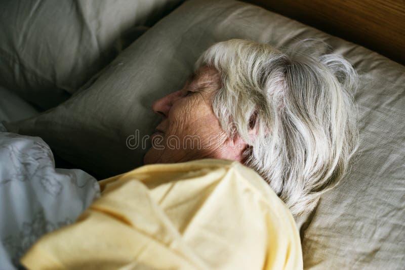 Sommeil supérieur caucasien plus âgé de femme photos stock