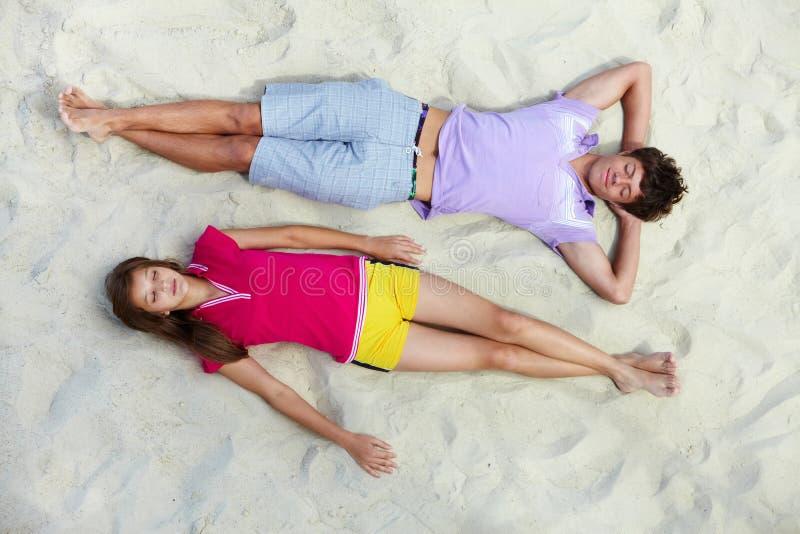 Sommeil sur la plage photo stock