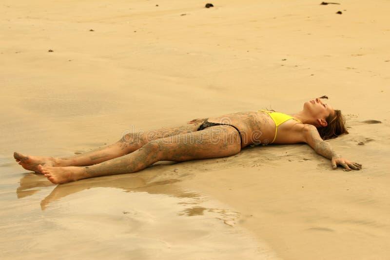 Sommeil sur la plage de sable photographie stock libre de droits