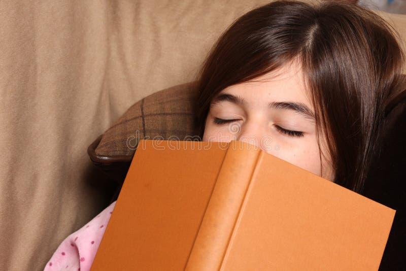 Sommeils fatigués de petite fille images stock