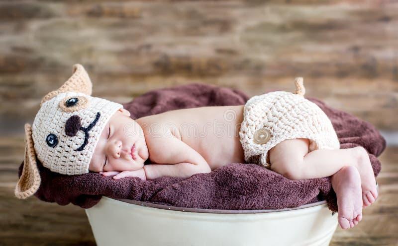 Sommeils nouveau-nés mignons de chéri photo stock
