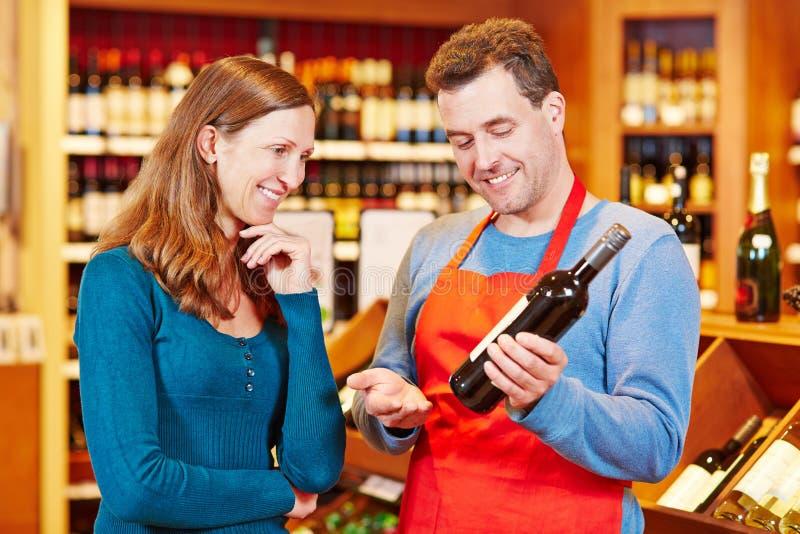 Sommelier dans donner de magasin de vin images libres de droits
