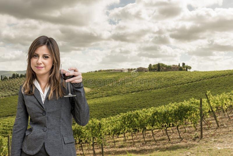 Sommelier de la mujer en los viñedos de Toscana imagenes de archivo