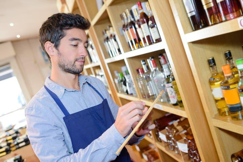 Sommelier, der Anmerkungen über Wein macht stockbild